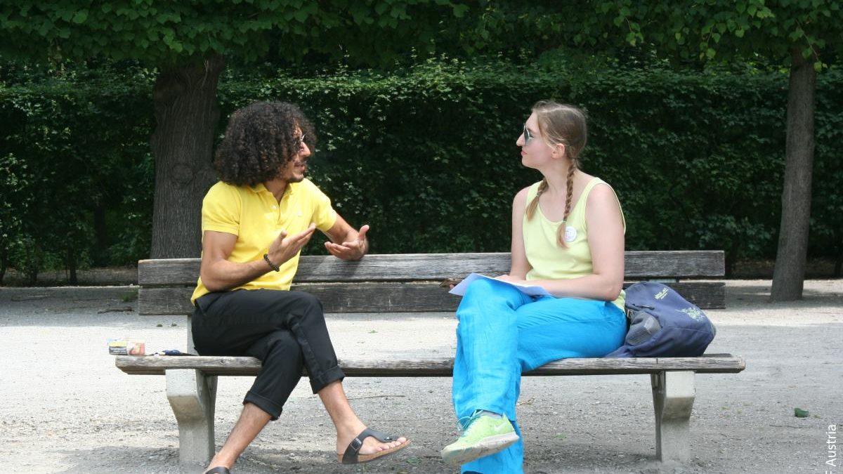 Stefanie und Omar unterhalten sich im Park